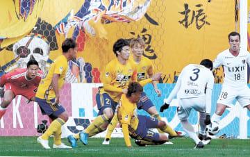 仙台-鹿島 前半34分、鹿島・昌子(3)に先制ゴールを決められる。自陣ゴール前で守る仙台のGKシュミット(左)と大岩(左から3人目)ら(小林一成撮影)