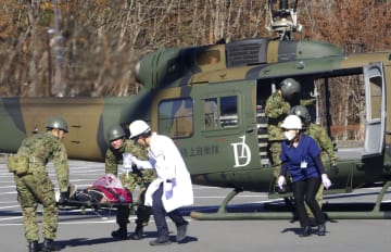富士山噴火の危険性が高まったと想定して行われた広域避難訓練=25日、山梨県富士吉田市