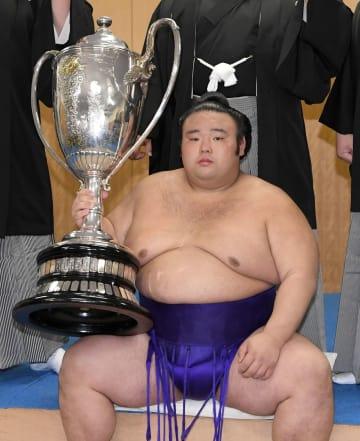 初優勝を果たし賜杯を手にする貴景勝=福岡国際センター