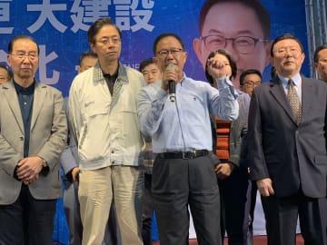台北市長選で、選挙の無効を訴える丁守中候補(中央)=25日、台北(中央通信社=共同)