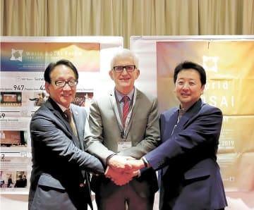 仙台で開催する第2回WBFの成功を期し、握手する(左から)今村教授、アマン代表、小野教授