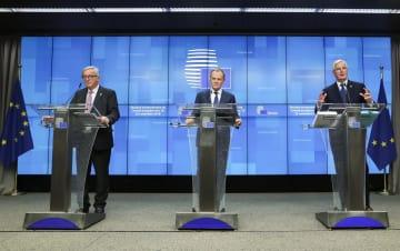 25日、欧州連合(EU)特別首脳会議後に記者会見する(左から)ユンケル欧州委員長、トゥスクEU大統領、バルニエ首席交渉官=ブリュッセル(ロイター=共同)