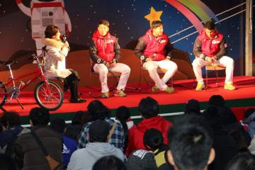 中村捕手(奥左端から2人目)たちが参加したトークショー(国営備北丘陵公園)
