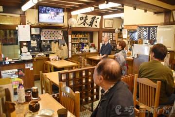 貴景勝関の初優勝を決める取組をテレビ観戦するファンら=25日午後、さいたま市浦和区の「ちゃんこ市川本店」