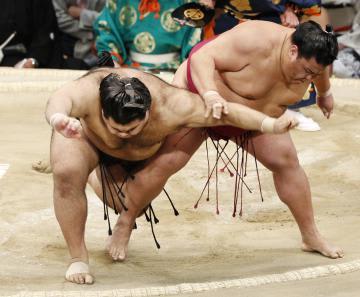 大相撲九州場所の千秋楽で、御嶽海にすくい投げで敗れる高安(左)=25日、福岡国際センター