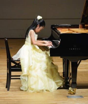 華麗な演奏を見せるピアノ部門の受賞者