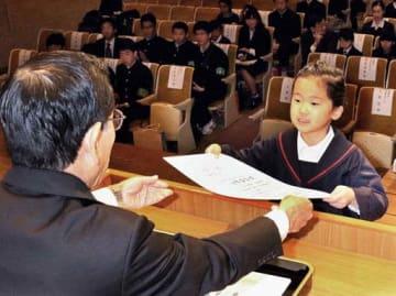 岡谷社長(左)から賞状を受け取る安田さん