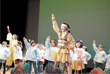 なりきりステージでは、ひのさん(中央)が園児らと出演した