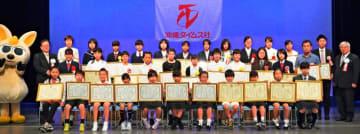 第8回県新聞スクラップコンテストの受賞者ら=25日、那覇市久茂地・タイムスホール