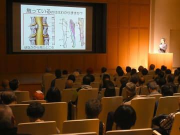 「腰痛と上手に向き合う方法」をテーマに講演があった健康フォーラム=25日午後、岐阜市宇佐、県図書館