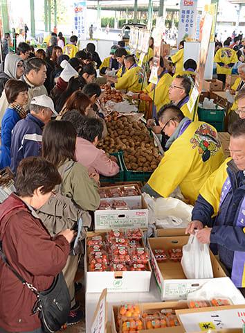 野菜などを買い求める人でにぎわうまつり会場=岐阜市茜部新所、市中央卸売市場