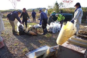 テレビや冷蔵庫など軽トラック1台分ものごみを回収した=25日、横芝光町の乾草沼