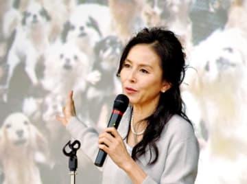 福井県内で発覚した「子犬工場」を例に、動物を取り巻く現状について講演する杉本彩さん=11月25日、福井市の福井県産業会館