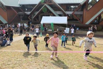 もりフェスタのイベントで、斜面を元気よく駆け上がる子どもたち=長崎市、ながさき県民の森