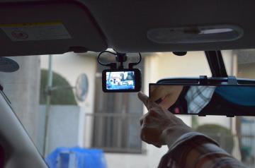 事故に遭った女性がその後取り付けたドライブレコーダー=稲敷市