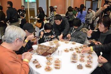 小分けにされた各部隊のカレーを食べ比べる「大湊海自カレーフェス」の来場者