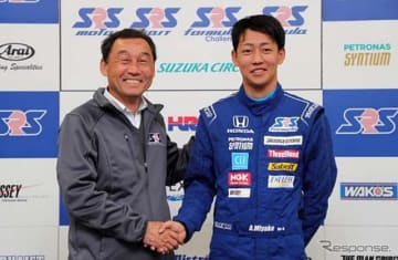 中嶋悟校長(左)と、スカラシップを獲得した三宅淳詞(右)