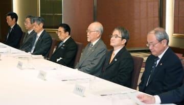 横綱審議委員会の定例会合に臨む北村正任委員長(右から3人目)ら=26日午前、福岡市内のホテル