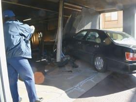 3台の車両と接触した後、商業ビルに突っ込んで停止した乗用車=午前10時、室蘭市輪西町