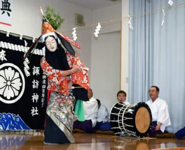 天女の舞で400年を祝う葛神楽の踊り手ら