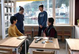 中西和也さん(左奥)が家島に開業したカフェ。島活に興味を持つ人の受け皿を目指す=姫路市家島町真浦