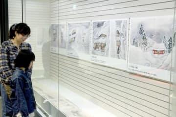 雪国の暮らしを紹介する絵巻物などが並ぶ企画展=24日、長岡市の市科学博物館