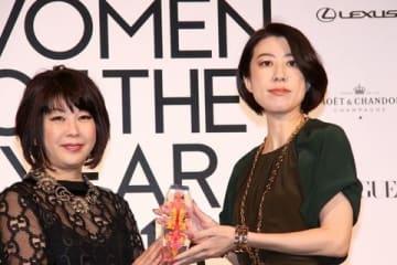 「VOGUE JAPAN Women of the Year 2018」の授賞式に出席した野木亜紀子さん(右)