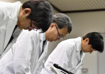 記者会見で謝罪する京都大病院の稲垣暢也病院長(中央)ら=26日午後、京都市