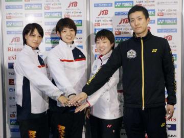バドミントンの全日本総合選手権を前にポーズをとる(左から)福島由紀、広田彩花、山口茜、武下利一=26日、駒沢体育館