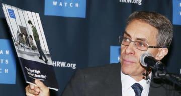 報告書を手に記者会見する国際人権団体「ヒューマン・ライツ・ウオッチ」のケネス・ロス代表=1日、ソウル(聯合=共同)