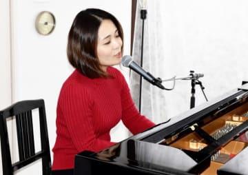 命への感謝の大切さを訴える新曲を手掛けたヒナタカコさん=11月20日、福井県坂井市内