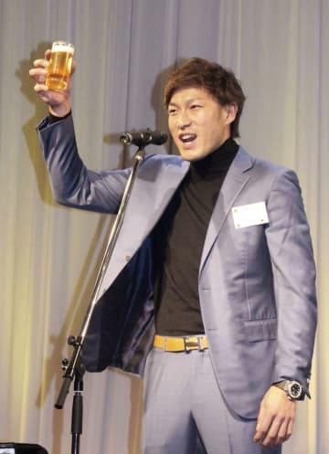 ソフトバンクの球団納会で乾杯の音頭を取る柳田選手会長=26日、福岡市内のホテル
