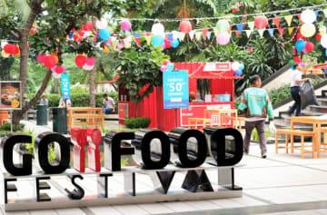 ゴジェックは、コンテナ屋台を利用した販促イベントを国内各地で開催している=ジャカルタ、26日(NNA撮影)