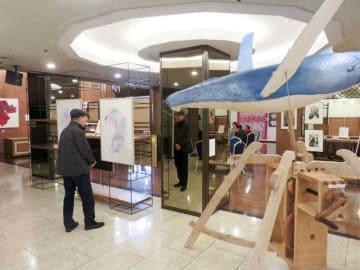 クジラの彫刻作品も置かれた展覧会場=横須賀市若松町