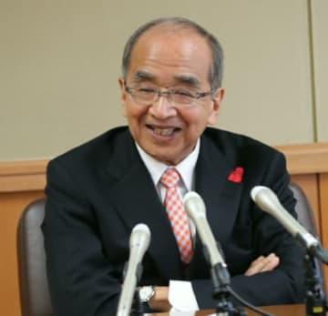 来春の知事選への出馬を表明し、会見する広瀬勝貞知事=26日、県庁