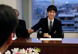 石井登志郎市長に大会の思い出などを語る多田修平選手=西宮市役所