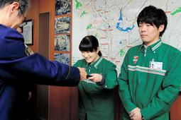 感謝状が贈られた西井真紀さん(右)と上市由香子さん=三田署