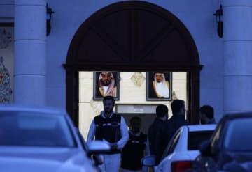 26日、トルコ北西部ヤロワ県の邸宅を捜索する捜査関係者(ゲッティ=共同)