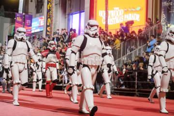 ロサンゼルスでハリウッド·クリスマス·パレード開催