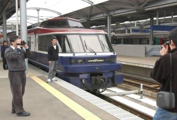 鉄道ファンに惜しまれながら最後の運行をする特急「シーボルト」=佐世保市三浦町、JR佐世保駅