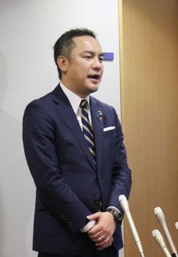 【ぶら下がり会見で、河村市長の発言について「驚きを持って受け止めている」と述べる鈴木知事=県庁で】