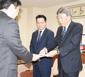 小笠原市長に目録を手渡す北山代表取締役(右)