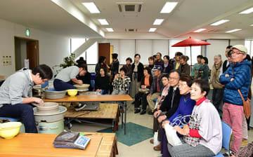 窯元による熟練の技に見入る来場者=26日、鳥取市富安2丁目の日本海新聞ビル5階ホール