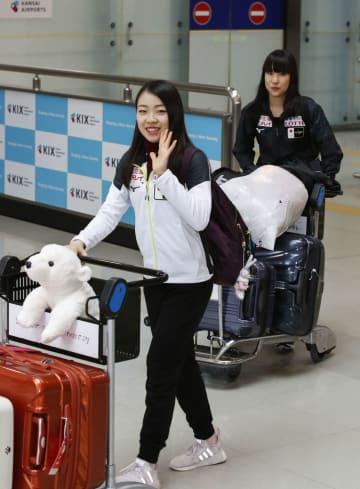 フィギュアスケートのフランス杯を終え、帰国した紀平梨花(左)と三原舞依=27日、関西空港