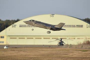 三沢基地に到着したF35A=26日午後3時20分ごろ、三沢市