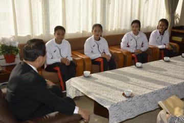 工藤祐直町長(左)を訪問し、抱負を語るインドネシア人技能実習生の4人=26日、南部町役場
