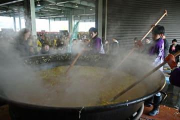 直径約3メートルの大鍋で豪快に煮込まれるカニ鍋