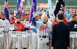 選手宣誓する国府球友クラブの阿瀬川義秋さんら=27日午前、阪神甲子園球場