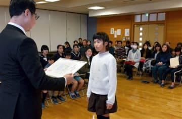 人吉・球磨新聞感想文コンクールで最優秀賞に選ばれ、表彰を受ける太田稚菜さん=人吉市