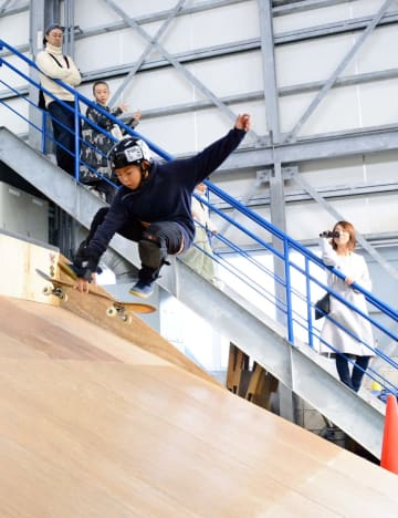 斜面で勢いをつけ、スケートボードで技を決める子ども=唐津市二タ子の二タ子三丁目倉庫